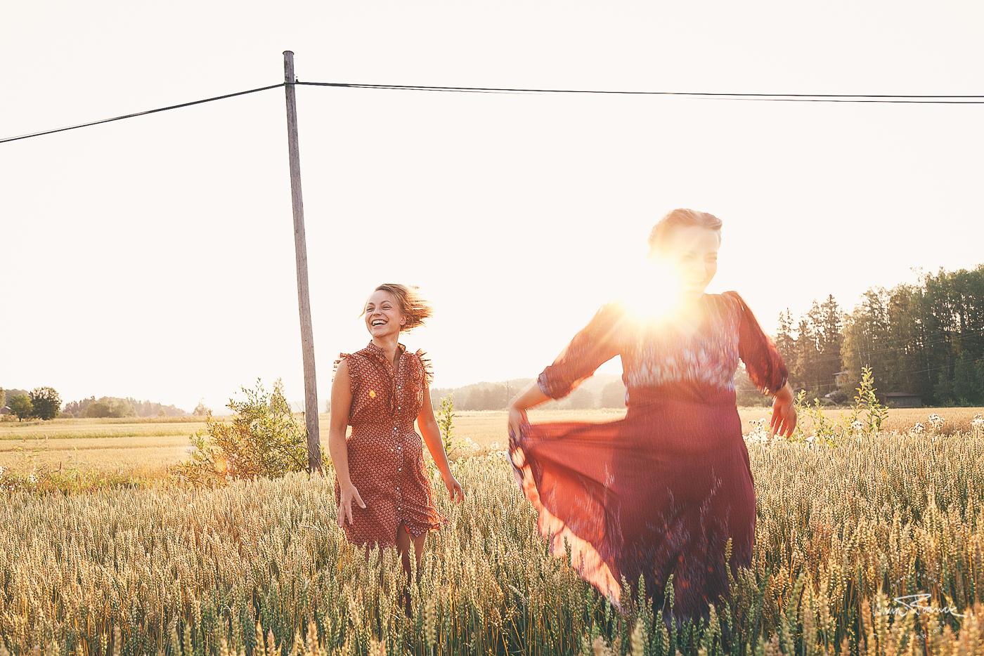 dance, dans, tanssi, art, konst, taide, sunrise, soluppgång, auringonnousu, maalla, pellolla, åker, landet, fields, of, gold, gyllene, kultainen, retro, folklore, bohemian, sisters, systrar, sisarukset