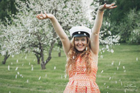 student, studentfoto, ylioppilas, ylioppilaskuva, fotograf, anna, franck, graduation, photographer, pargas, parainen, finland, suomi, stockholm, natur, petals, appleblossom, äppelblom, omenapuu