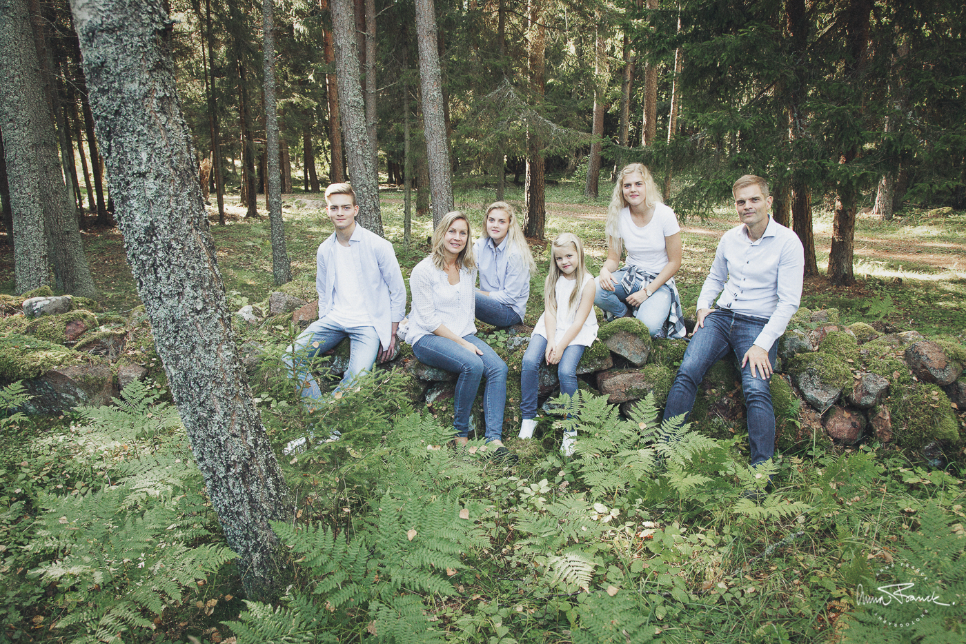 familjeporträtt, perhekuva, family, portrait, anna, franck, photography, finland, stockholm, åland, bomarsund, enjoy, kids, relaxed, natural, outside, forest